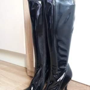 Svarta högKlackar, storlek 37, köpt 1 år sen , inte använt.