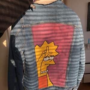En höst jacka med ull på hela insidan☺️. Den är  använd ett fåtal gånger innan den blev målad men bara hängt i garderoben efter det. Köparen står för frakten😊