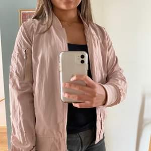 Tunn rosa bomberjacka från Zara i strl XS. Så skön och snygg! Använd måttligt. Kan mötas upp i Malmö annars står köparen för frakten🥰