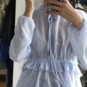 En söt blus med knytning i halsen💙 Från Bikbok