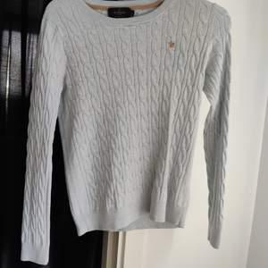 Ljusblå tröja från Morris i storlek xs. Sparsamt använd men har ett litet hål i armhålan som nog är lätt att laga. Köparen står för frakten!