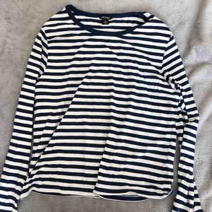 Långärmad marinblå randig tröja från Monki. Säljer då jag aldrig använder den. Köpt för runt 300kr