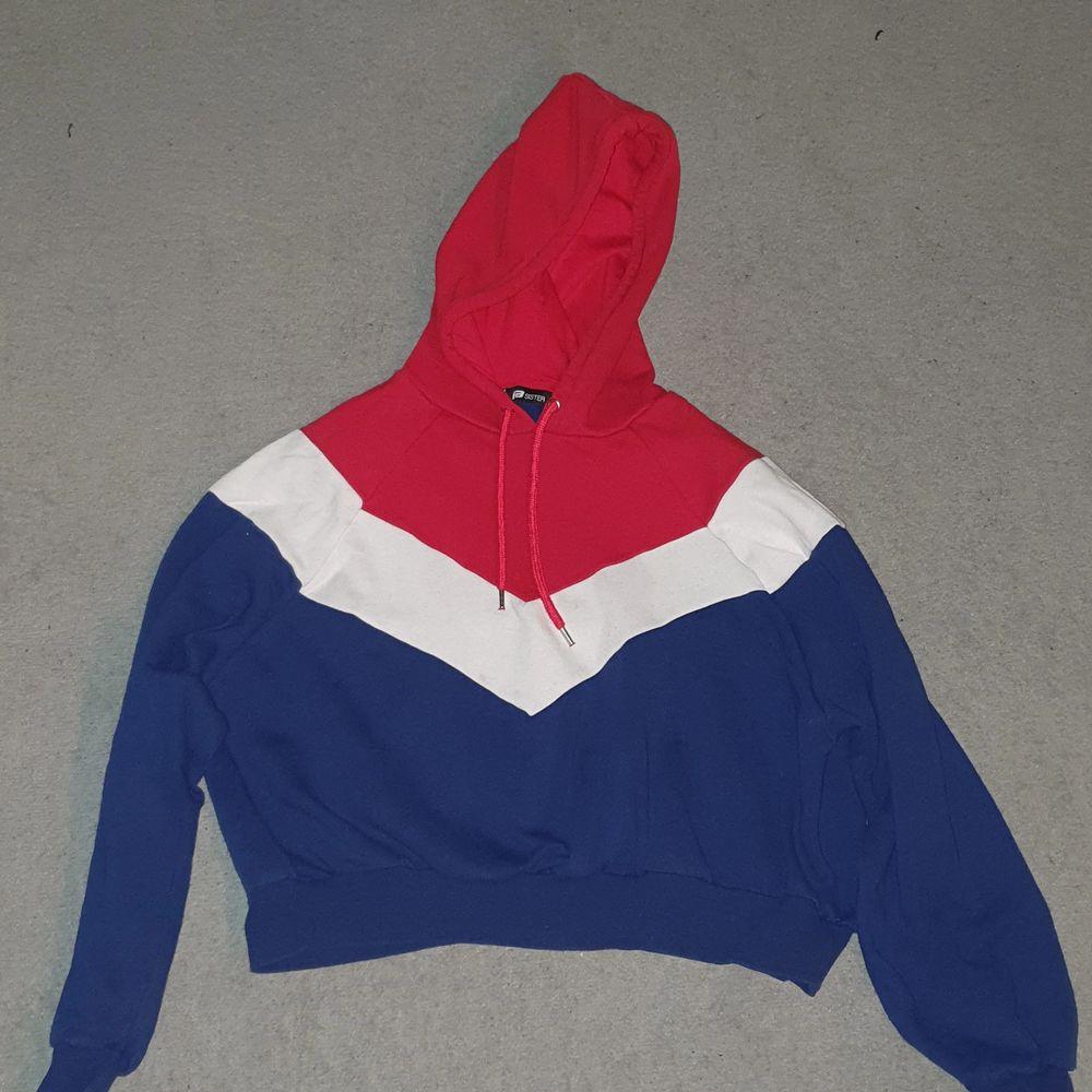 En kortare hoodie från new yorker i bra skick. Köparen betalar frakt 88kr :). Tröjor & Koftor.