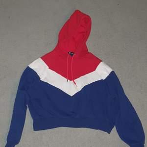 En kortare hoodie från new yorker i bra skick. Köparen betalar frakt 88kr :)