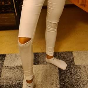 Jätte fina lågmidjade jeans som är i ett stretchigt material. Inte genomskinliga alls då du inte behöver oroa dig att något ska synas. Aldrig använda då det bara har blivit så.❤frakten är inkluderat i priset