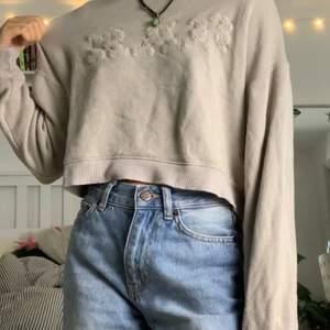 Rätt så nopprig tröja, men det är skönt material för att vara gammal. Kvaliten är okej, man kan även se där läppen är sydd.(frakt inkluderas inte i priset)