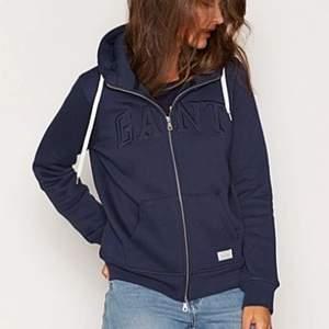 Marinblå dam Gant hoodie. Nypris 1295kr! Storlek S. Säljs för att den aldrig kommer till användning. Mitt pris 250kr, frakten ingår i priset!