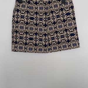 Beige kjol med blå detaljer. Kan sänka priset vid köp av flera plagg