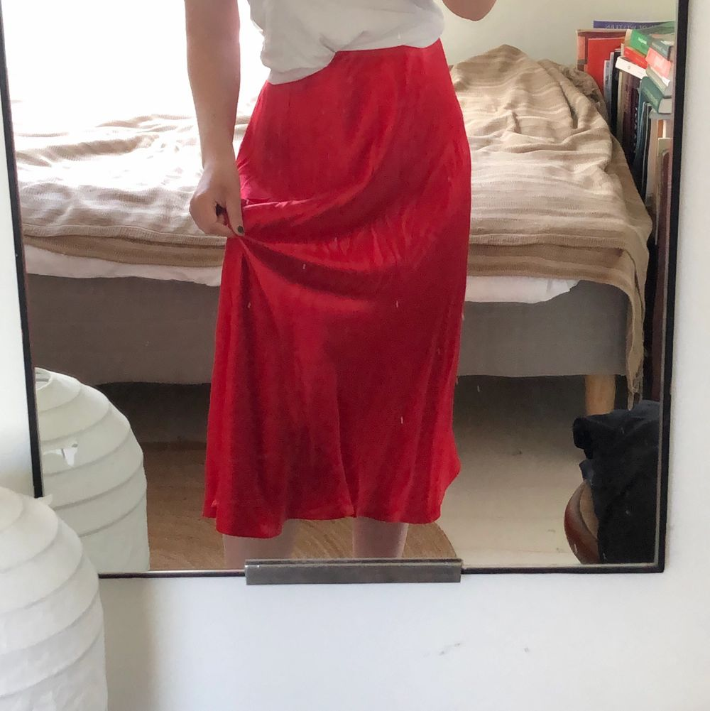 Riktigt charmig kjol i silkesliknande material💃🏼 Den är lång, mjuk och har resår i midjan. Perfekt till nyrakade ben, såååå len!!🌸🌸 Köparen står för frakt. Kjolar.