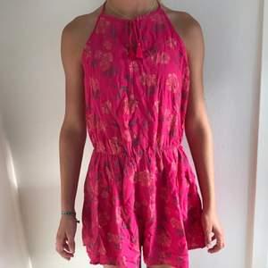 Rosa, blommig jumpsuit från Hollister i storlek XS Betalning sker via swish  Köparen betalar frakt