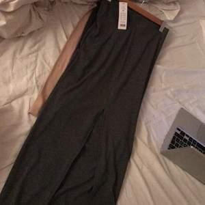 Lång Maxi kjol från gina tricot, med öppning vid ena benet, helt ny, prislapp kvar