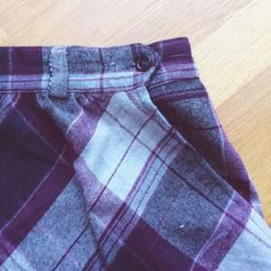 Rutig kjol med fickor, från beyond retro! Står ingen storlek men skulle uppskatta den som en 40/m!