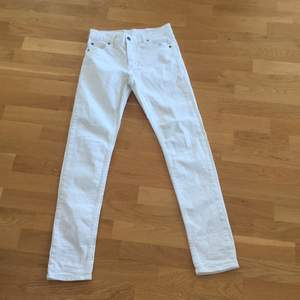 Vita jättesnygga jeans från cheap monday, aldrig använda på grund av för små!