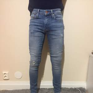 Slitna blå jeans från jack and Jones, skinny fit Liam