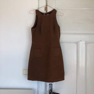 Brun mocka imitation klänning från Hollister. Storlek s. Snygg nu till hösten med strumpbyxor och en stickad kofta🎀