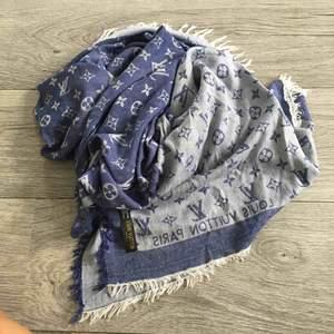 Halsduk / sjal kopia på Louis Vuitton. Blå.  Frakt ingår i priset