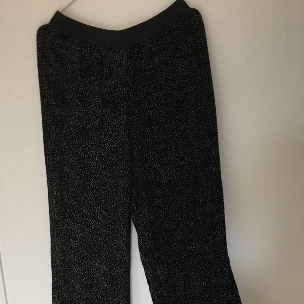 Samsoe byxa i storlek 36. Små prickar i sammet. Finast att hämta i slussen eller skickas med posten 40kr.. Jeans & Byxor.
