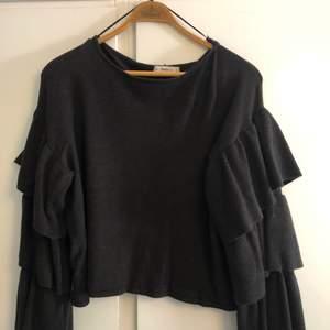 Snygg & cool stickad tröja från Zara!  Den är använd endast ett fåtal gånger men har ett litet hål på axeln som dock inte syns alls på. Nypris 399 säljs för 100, snabb affär så kan pris diskuteras. Köparen står för eventuell frakt