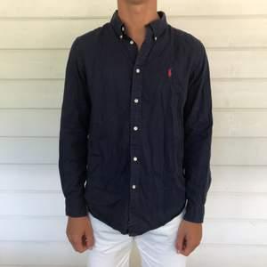 Snygg skjorta i storlek XL i barnstorlek 18-20, vilket motsvarar en S i vanliga storlekar.