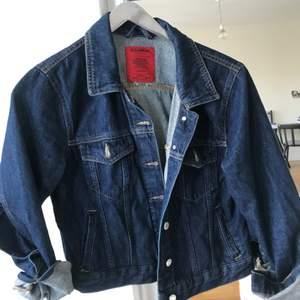 Tuff jeansjacka från Pull and Bear med volang på baksidan och på baksidan av ärmarna. Endast använd en gång! Köpare står för frakt.