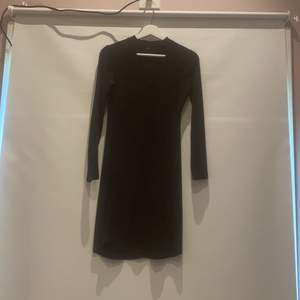 Fin svart klänning från Bik Bok. Otroligt skönt material. Använd 1 gång på julafton. Pris exl frakt🍉