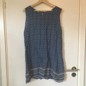 Mönstrad klänning i tunt material. Inköpt på marknad i Frankrike så lapp med storlek saknas. Troligtvis stl S eller M. Frakt betalas av köparen.
