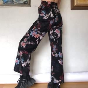 Så mjuka och fina byxor från hm, köpta secondhand men känns nästintill helt oanvända! Med härligt mönster av blommor och tranor 💜🖤 skriv vid frågor ✨