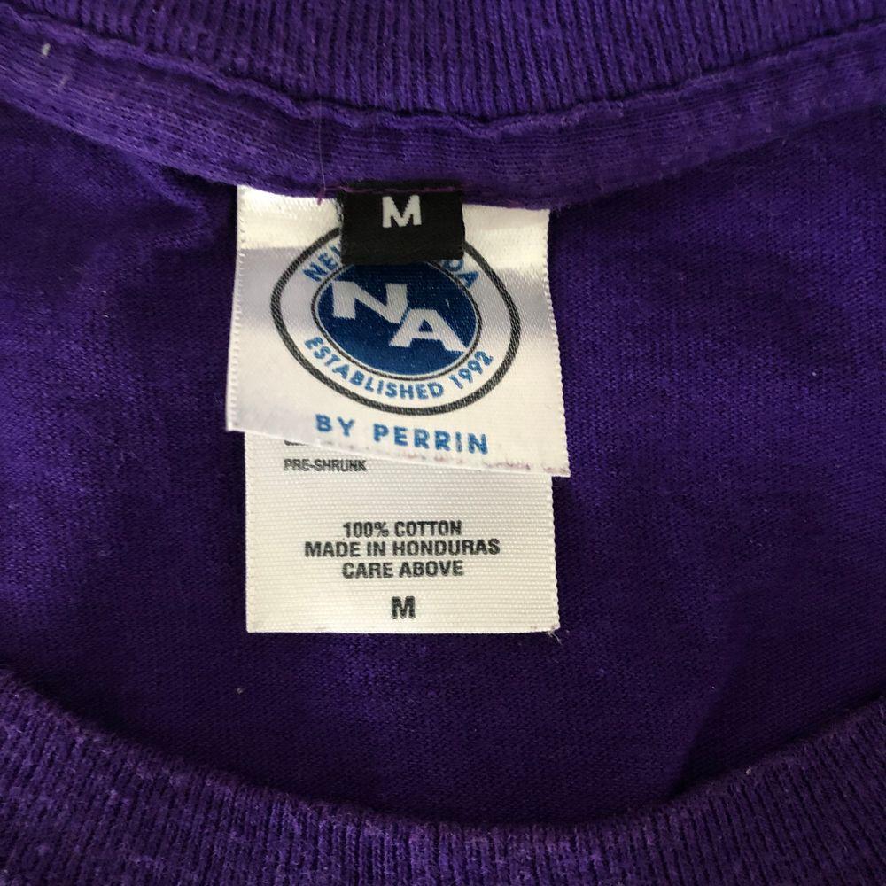 fin t-shirt som jag köpt secondhand💙 säljer då det inte riktigt är min stil✨ frakt ingår. T-shirts.