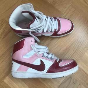 As balla sneakers från Nike som liknar jordans, storlek 39 men lite små på mig som vanligtvis har 39-40.