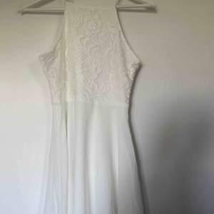 """Söker du desperat efter en klänning till student, skolavslutning eller bara en sommarklänning? Då e denna nya klänning perfekt för dig!! 💜 River dress"""" från Ivy Revel i storlek 36, men passar allt från 32-38 Helt ny och oanvänd med prislapp kvar!"""