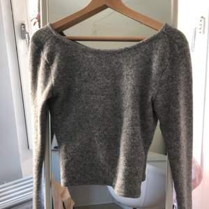 """En fin långärmad tröja från Ivyrevel. Helt nyskick, lite ljusare än vad bilden visar. En """"snurr"""" knytning i ryggen, lite croppad. Passar med allt! Frakt: 40 kr."""