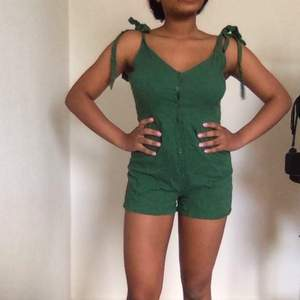 En fin jumpsuit från Gamorous, som jag köpte förre sommarn. Jag har använt den 2 gånger men hittar inte användning till den längre då det ätningen min stil
