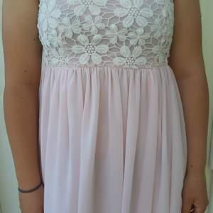 Säljer denna fina rosa och vita spets klänning. Vet inte vart den kommer ifrån. Frakt tillkommer 🥰❤