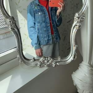Jag säljer min fina blommiga jeans jacka med broderier av bland annat blommor och fjärilar. Har använt den en gång till en skolavslutning, men annars är den helt ny och i perfekt skick. Passar perfekt nu till sommaren 🤍 köparen står för frakten