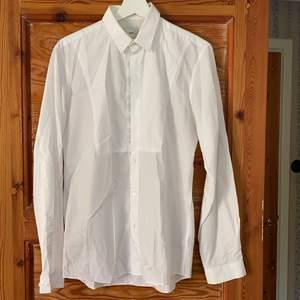 Vit skjorta från Bläck. Bra skick. Frakt tillkommer