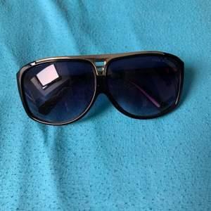Säljer ett par Lv solglasögon! Kom med bud så utgår jag efter med best bud
