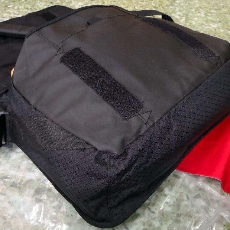 En vattentät mycket bra sport bag/ laptop väska. Tillverkad för både sjö och land. Extremt välgjord med många bra fack. En helt vattentät vilken försluts med en skruvkork. Av den lyxiga Puma Ocean Race line. Ny. Väskor.