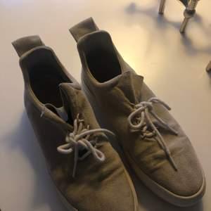 Snygga skor i beige färg med snörning från Filippa k, sula i gummi och läder inåt i skon. Nypris 1899kr