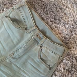 Ett par ljusblå tighta jeans från dr denim i storlek XS, dem är perfekta för mig i längden som är 1,67 cm lång. Frakt tillkommer.