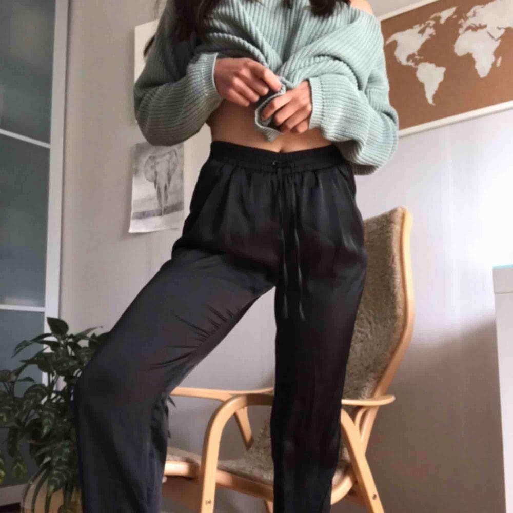 Typ kostymbyxor med snörning i midjan och fickor. Materialet liknar typ silke. De är lite för långa för mig, så passar personer som är längre också. Jeans & Byxor.