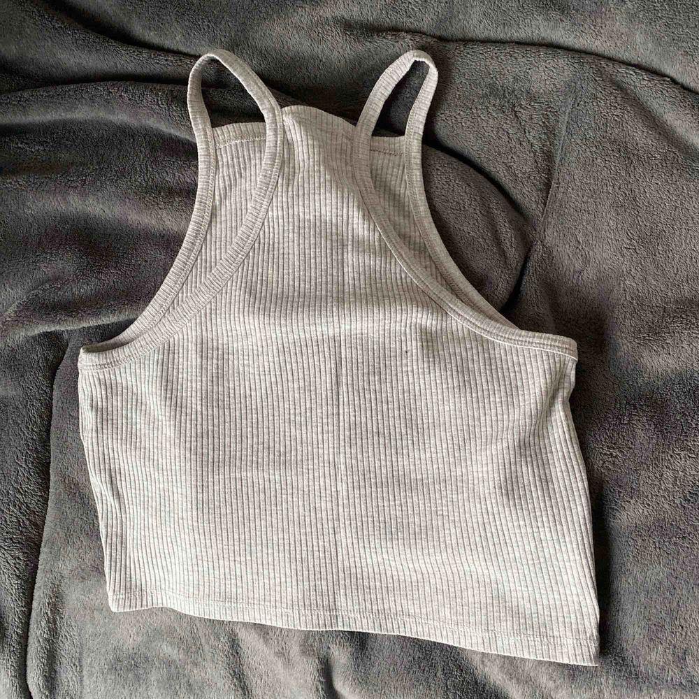 Jättefint, somrigt ljusgrått linne. Storlek M men litet i storleken skulle jag säga. Toppar.