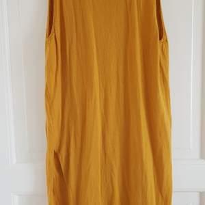 En senapsgul tunnstickad klänning från Acnes höst/vinterkollektion 2011. 100% ull. Mycket bra skick, lite använd. Normal eller lite stor strl. S.