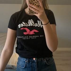 Fin svart hollister t-shirt. Oanvänd!  Nypris: 350kr.         Mitt pris: 150kr