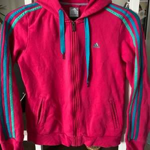 Fin färgglad hoodie från Adidas, är i nyskick!🌸