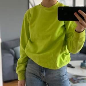 skitcool neongrön sweatshirt i nyskick. helt ny i storlek 36. från boohoo 🤪