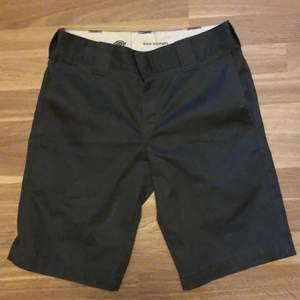 Plagget är i bra skick 9,5/10 andvänd ett par gånger snygga till t-shorts bland annat.