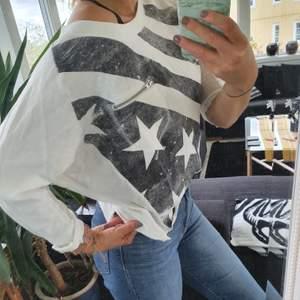 Knappt använd blus/tröja från carlings. Väldigt snygg men aningen seethrough rygg med lager på lager stil!