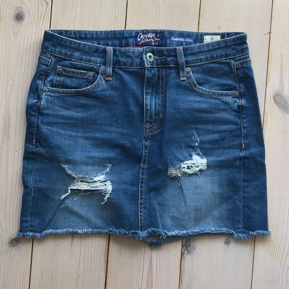 En tajt, strechig jeanskjol i en mörkare tvätt med slitningar! Endast använda ett fåtal gånger så i bra skick. Finns inte att köpa i butik längre. Passar även för S, men är i XS. . Kjolar.