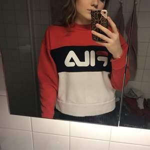 en jättemysig o väldigt varm FILA tröja köpt på urban outfitters! knappt använd så i bra skick! kan mötas upp i sthlm eller frakta (köparen står för frakten)🖤