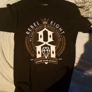 Rebel 8 t-shirt storlek small. Köparen står för frakt